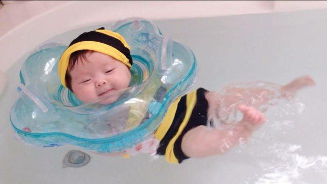Bơi thủy liệu giúp bé phát triển toàn diện