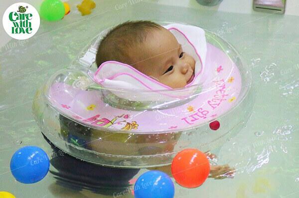 Bơi thủy liệu cho bé